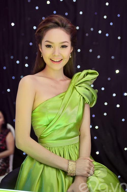 minh hang xinh nhu cong chua ngoi ghe nong - 4