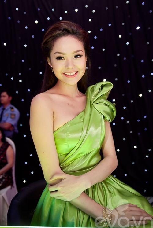minh hang xinh nhu cong chua ngoi ghe nong - 5