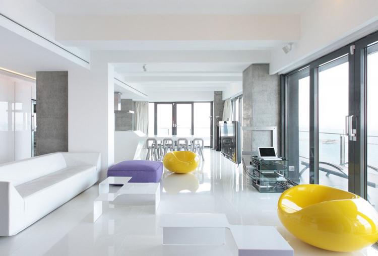 Căn hộ trắng này nằm tại thành phố Constanta, nước Rumani. Nếu chỉ là một căn hộ trắng bình thường thì không có gì đáng nói, nhưng nó có một vài thứ khá thú vị để chúng ta có thể tham khảo.