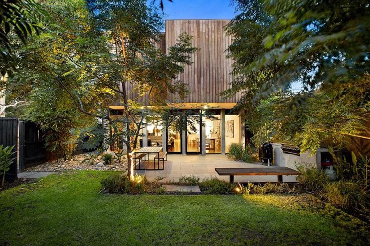 Biệt thự nhỏ xinh này nằm ở ngoại ô thành phố Melbourne, Australia. Ngay từ khi nhìn thấy nó hẳn các bạn đã cảm giác được vẻ thanh bình, yên ả hiện hữu.