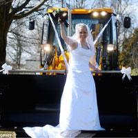 Độc đáo rước dâu bằng xe... xúc đất