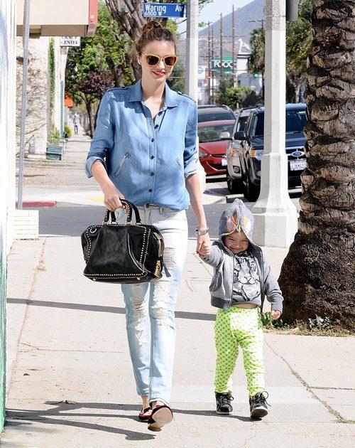 Săm soi street style cực chất của mẹ con Miranda Kerr