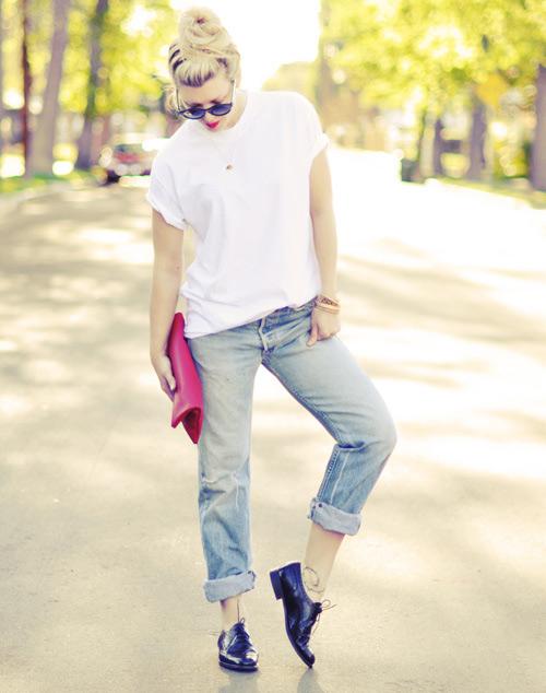 bien hoa voi quan jeans va ao phong trang - 4