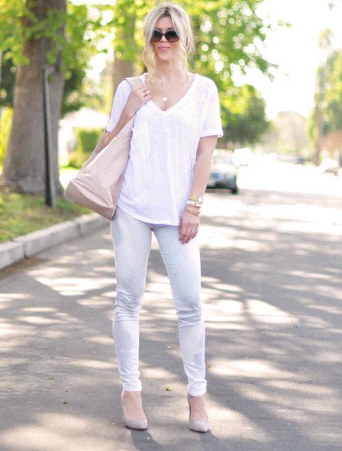 bien hoa voi quan jeans va ao phong trang - 5