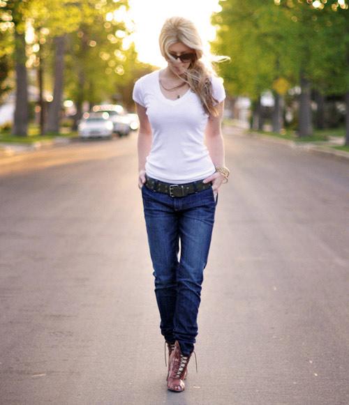 bien hoa voi quan jeans va ao phong trang - 6