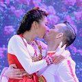 Video - Ngọc Quyên hôn bạn nhảy trên sân khấu
