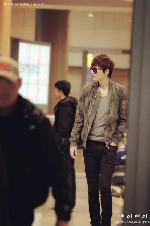 """Soi phong cách thời trang sân bay """"tủ"""" của Lee Min Ho"""