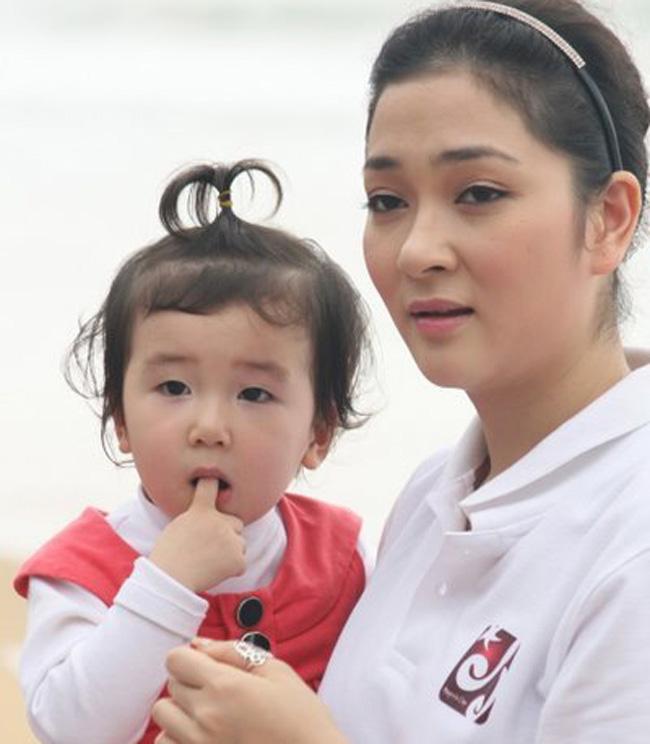 Bỏ lại sau lưng những ký ức không vui của cuộc hôn nhân 'đứt gánh giữa đường', Hoa Hậu Nguyễn Thị Huyền hiện rất hài lòng với cuộc sống bình yên, hạnh phúc bên cô con gái nhỏ xinh.