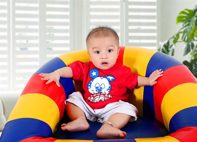 Bé Nguyễn Minh Nhật, có tên thân mật là Bi đang ngồi nghĩ xem hè này mình sẽ chơi gì, ở đâu.