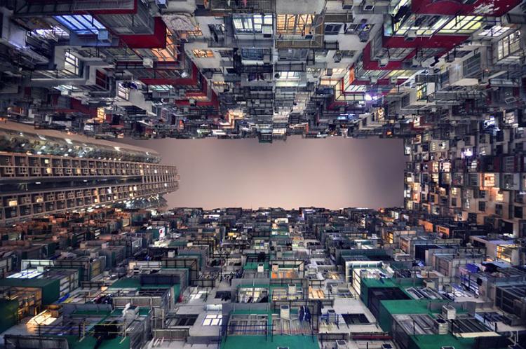 Trước mắt các bạn là khung cảnh của hàng loạt các chung cư cao tầng ở Hồng Kông được chụp từ dưới lên. Bộ ảnh được chụp bởi nhiếp ảnh Romain Jacquet-Lagrèze.