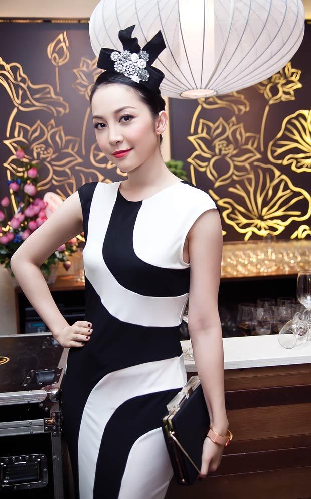 Linh Nga diện váy sọc trắng đen cực chất
