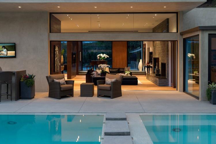 Khó ai có thể cưỡng lại được sức hút mãnh liệt của ngôi biệt thự có nội thất mỹ mãn và bể bơi hoành tráng này.