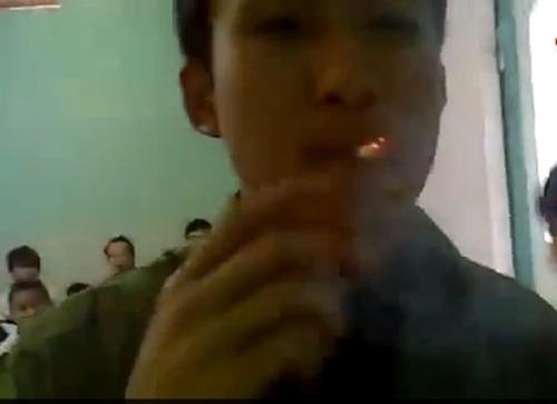 nam sinh cham thuoc la bang cau chi dien gay phan no - 2
