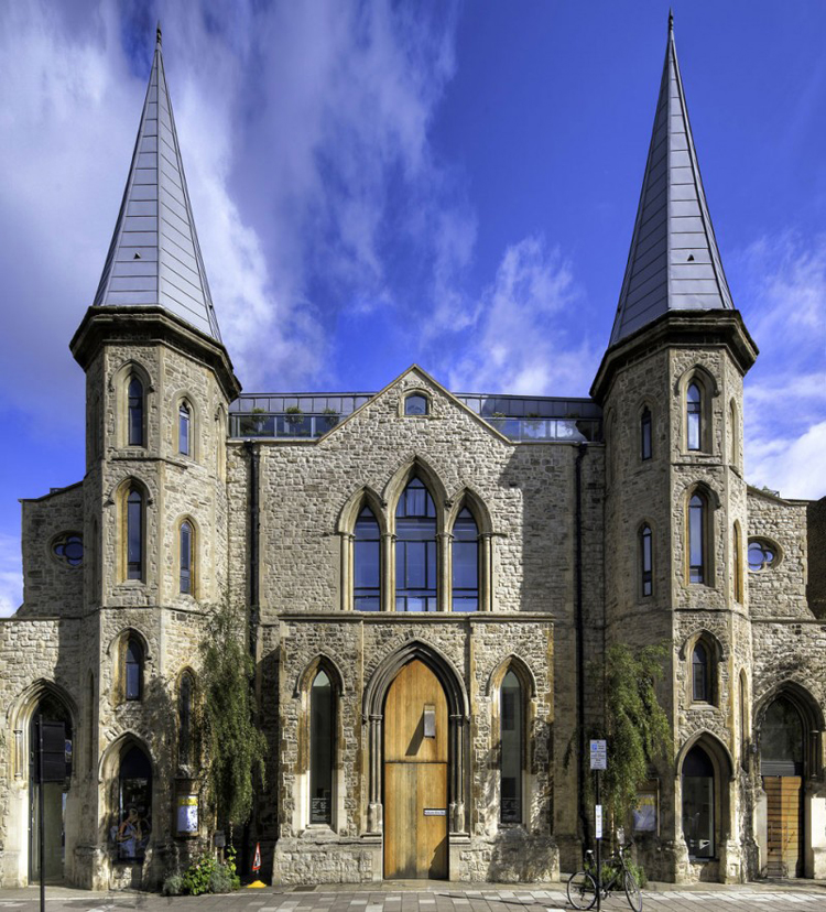 Biệt thự có mặt tiền choáng ngợp này nằm ở London, Anh. Trước đây nó là một nhà thờ có tên Westbourne Grove Church.