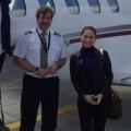 Làng sao - Thu Minh chụp ảnh cùng phi công ngoài máy bay
