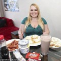 Tin tức - Lạ lùng cô gái cố ăn để thành người đẹp siêu béo