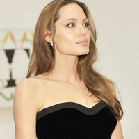 Angelina Jolie cắt bỏ ngực vì sợ ung thư