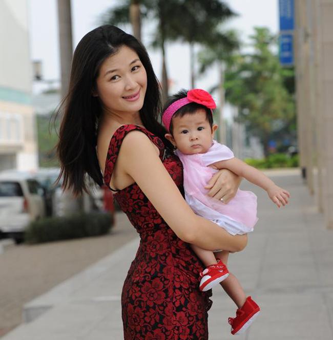 Là người đàn ông nổi tiếng đào hoa của Vbiz nhưng sau những thăng trầm cuộc đời, cuối cùng chàng MC điển trai của Vietnam Idol – Huy Khánh – cũng tìm được bến đỗ bình yên bên diễn viên, người mẫu Mạc Anh Thư và cô con gái dễ thương, bé Ngọc Uyên (tên thân mật là Cat)