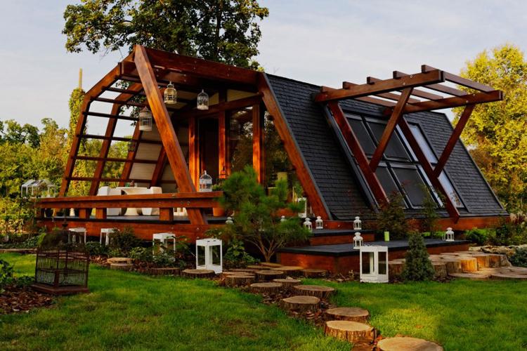 Với thời tiết như bây giờ, muốn tránh nóng thì một là chuyển nhà... ra biển hoặc chuyển vào một khu rừng nhiều cây xanh mát. Tôi ước ao có một ngôi nhà trong rừng thật xinh như ngôi nhà này.