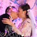 Làng sao - Chú rể hôn cô dâu Mỹ Dung đắm đuối