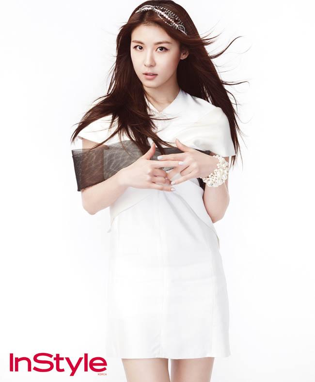 Trên tạp chí Instyle số mới nhất, Ha Ji Won xuất hiện như một nàng công chúa trong sắc trắng tinh khôi