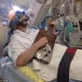 Tin tức - Đang mổ não, bệnh nhân bật dậy chơi guitar