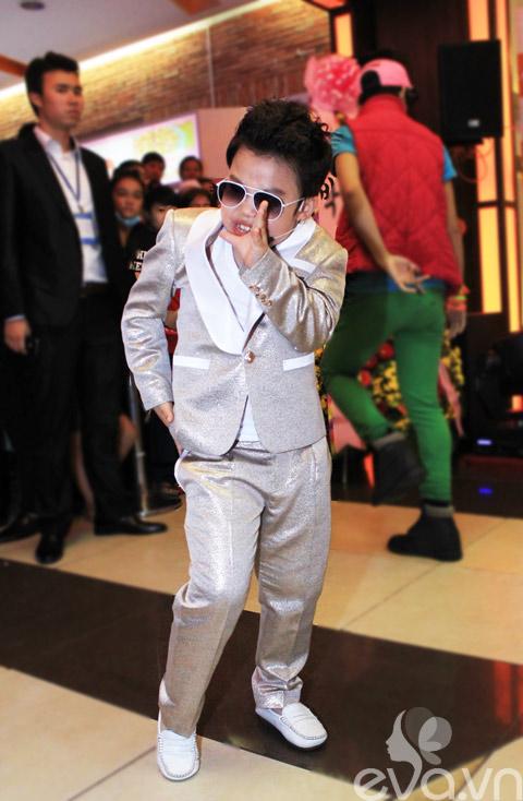 Psy nhí nhảy cực sung tại rạp chiếu phim - 1