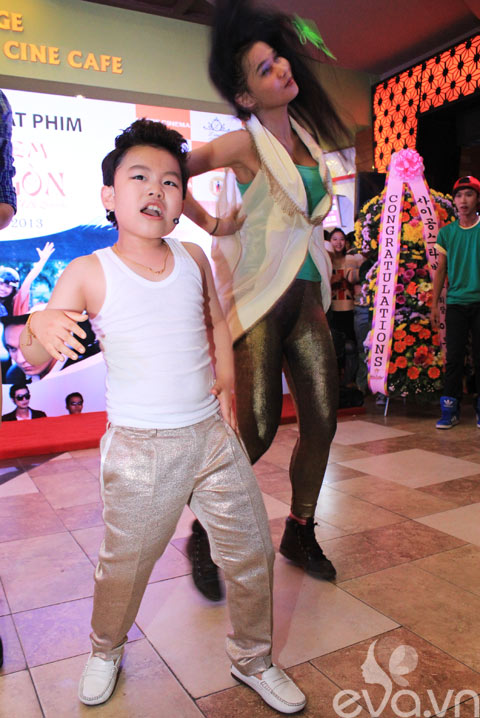 Psy nhí nhảy cực sung tại rạp chiếu phim - 2