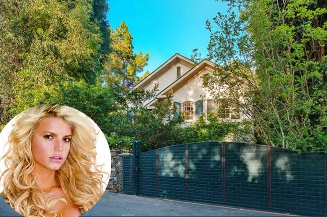 Nữ danh ca kiêm nhà thiết kế thời trang Jessica Simpson mới đây đã rao bán đi căn biệt thự lộng lẫy ở Beverly Hills - khu vực tập trung các minh tinh màn bạc và các ngôi sao hàng đầu. Cô muốn bán được nó với giá 7,995 triệu USD (tương đương 167,3 tỷ đồng).