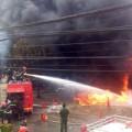 Tin tức - Lính cứu hỏa vật lộn chữa cháy cây xăng
