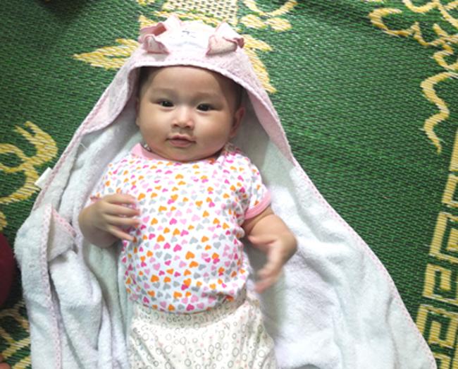 Cô con gái đầu lòng của nam diễn viên phim 'Lập trình trái tim' - Minh Tiệp - và người đẹp Phạm Thùy Dương chào đời ngày 6/12/2011 và có tên khai sinh là Nguyễn Phạm Minh Thùy - ghép từ họ và tên đệm của hai bố mẹ.