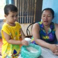Làm mẹ - Kỳ lạ: Cậu bé chỉ thích ăn gạo sống