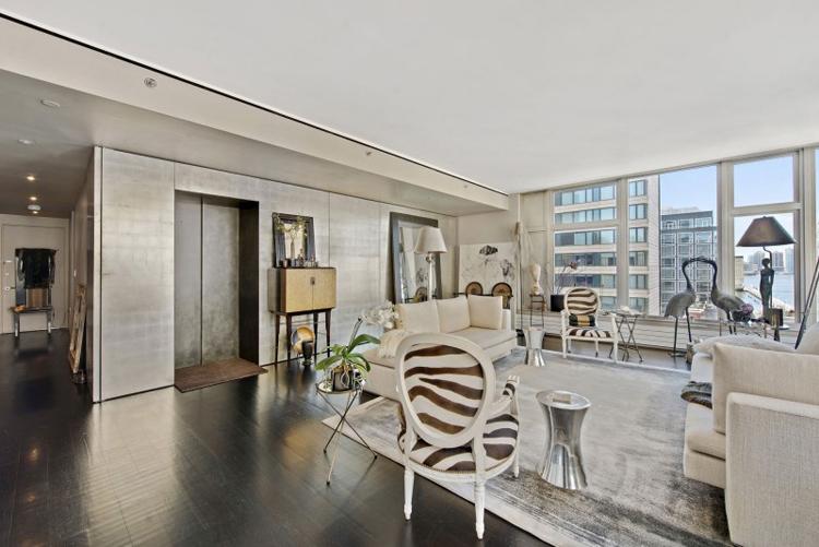 Căn hộ sang trọng này nằm tại khu Manhattan của thành phố New York hoa lệ. Không gian căn hộ gây ấn tượng bởi một loạt những đồ nội thất đắt tiền.