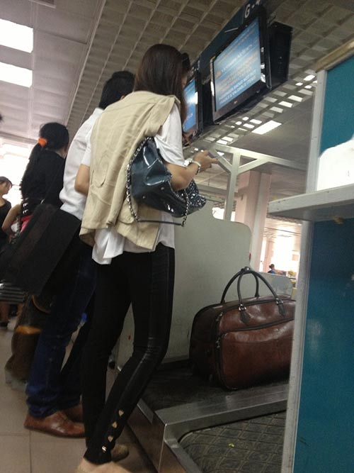 "HH Diệu Hân ""hồn nhiên"" ăn kem ở sân bay - 4"