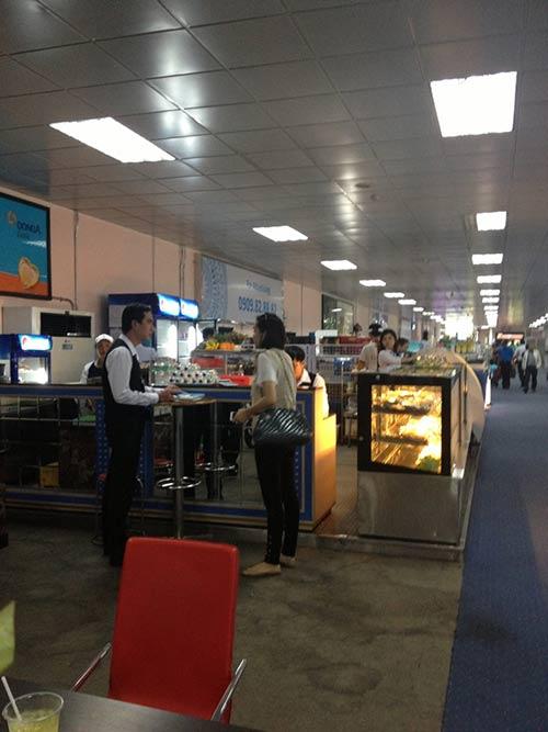 "HH Diệu Hân ""hồn nhiên"" ăn kem ở sân bay - 11"