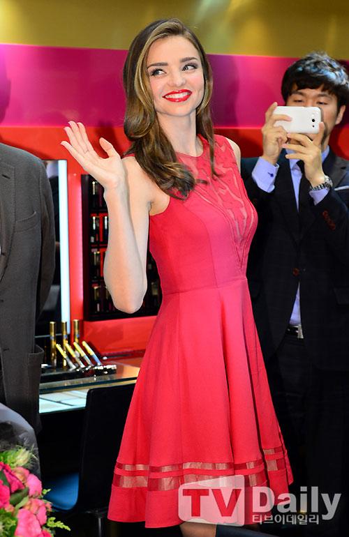 Miranda Kerr đẹp nồng nàn với son đỏ - 3