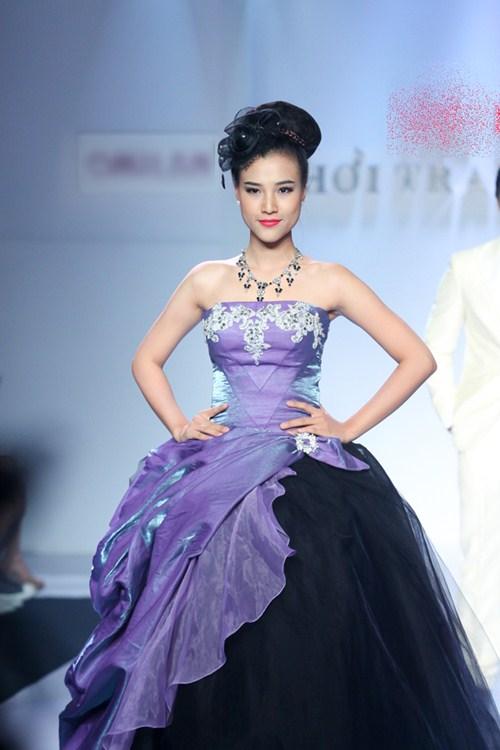 Á hậu Hoàng Oanh tỏa sáng trên sàn catwalk - 1