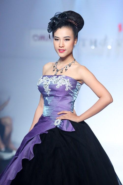 Á hậu Hoàng Oanh tỏa sáng trên sàn catwalk - 3