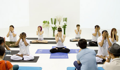 ha ho bat ngo lam co giao day yoga - 6