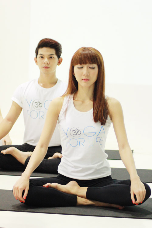 ha ho bat ngo lam co giao day yoga - 11