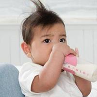 Lỗi 'ngớ ngẩn' khi cho trẻ uống sữa
