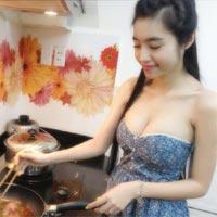 Elly Trần sexy cả khi vào bếp
