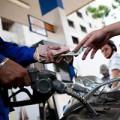 Tin tức - Giảm giá bán dầu, giữ giá xăng từ 1/4
