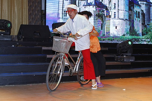 thuy nga lan dau dua con gai len san khau - 1