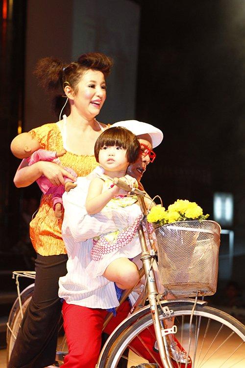 thuy nga lan dau dua con gai len san khau - 7