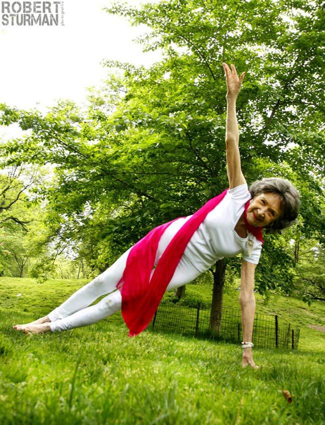 Bà Tao Porchon Lynch được coi như một biểu tượng 'xuyên thời gian' của Yoga. Bởi bà đã sắp bước vào ngưỡng tuổi 100 và số năm tập Yoga của bà là 70 năm có lẻ.