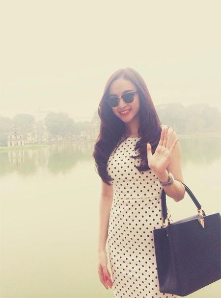 angela phuong trinh khoe sac ben ho guom - 2