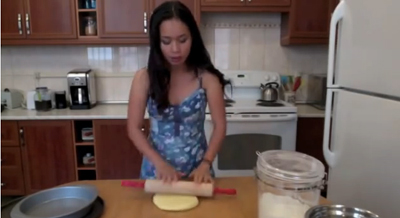 video: cach lam de banh pizza tai nha - 5