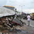 Tin tức - Xe tải tông bẹp nát xe khách, 12 người trọng thương