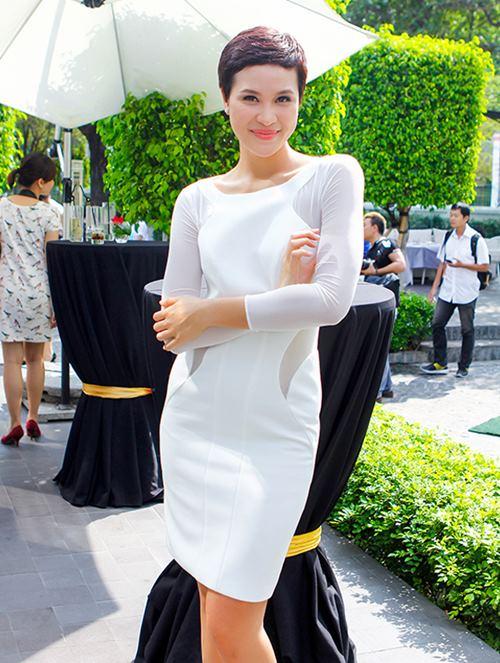 phuong mai khoe lung ong day hap dan - 2